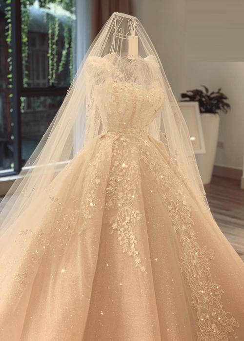 Tùng váy được tạo độ phồng bằng những lớp vải khác nhau thay vì tùng thép theo lối cũ. Nhờ đó, chiếc váy xòe bồng bềnh, tự nhiên. Sự lấp lánh của tùng váy cũng có chiều sâu hơn bởi NTK sử dụng 2-3 lớp ren sequin.