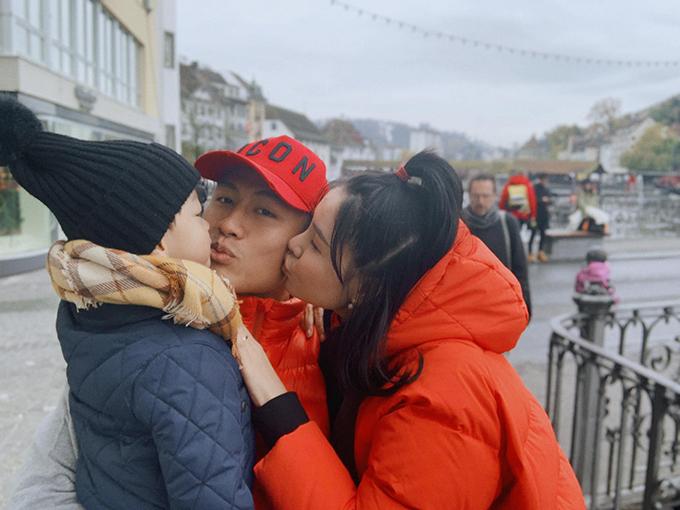 Sau khi mùa giải 2019 khép lại, Mạc Hồng Quân trở về CH Czech để đoàn tụ cùng gia đình. Mới đây, tiền vệ CLB Than Quảng Ninh vừa cùng bà xã Kỳ Hân đưa con trai - bé Tỏi đi du lịch, khám phá một số nước châu Âu. Nơi đầu tiên vợ chồng anh ghé thăm là thành phốLucerne của Thụy Sĩ.