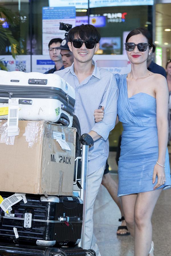 Cặp đôi diện trang phục màu xanh đồng điệu.
