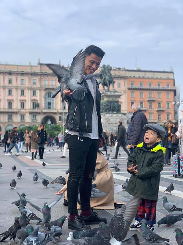 Mạc Hồng Quân và con trai thích thú chơi đùa với chim bồ câu tại Nhà thờ Milan.