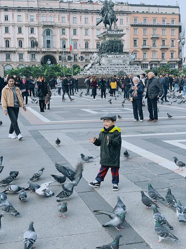 Bé Tỏi sẽ tròn ba tuổi vào ngày 22/11 tới. Vợ chồng Mạc Hồng Quân quyết định đưa con trai sang Czech ở với ông bà nội để có điều kiện ăn học tốt hơn.