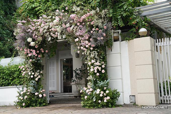 Cổng nhà chú rể ở Hà Nội được trang trí chủ yếu với các loài hoa nhập khẩu gồm: hồng Ohara, cẩm tú cầu, thanh liễu, tuyết mai, phi yến.
