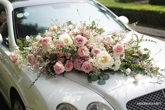 Xe hoa rước dâu trong ngày hôm nay được tô điểm bởi các loại hoa nhập khẩu mang tông trắng, hồng.