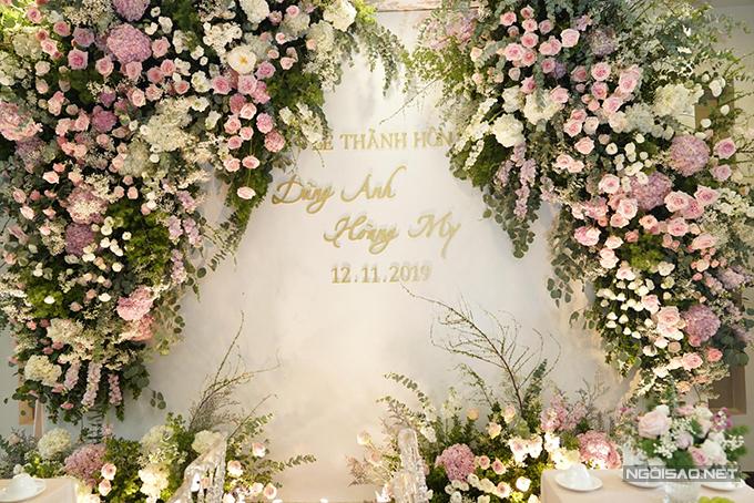 Phía bên trong nhà ngập tràn hoa tươi, với điểm nhấn là hoa hồng Ohara. Loại hoa nàybắt nguồn từ tên nhân vật Scarlett O'Hara trong tiểu thuyết nổi tiếng Cuốn theo chiều gió của nhà văn Mĩ Margaret Mitchell. Theo cuốn tiểu thuyết, Scarlett O'Hara không đẹp theo cách truyền thống, còn loài hoa được đặt tên theo nàng là một đóa hoa quyến rũ.