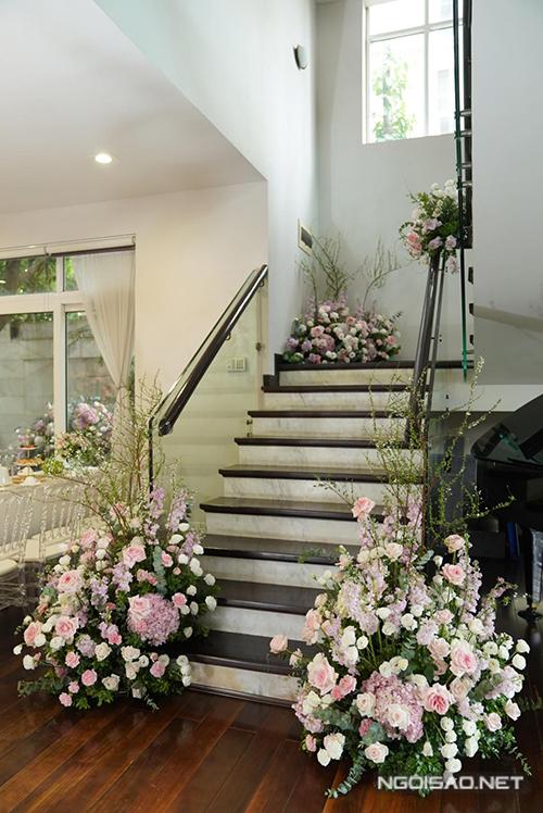 Khu vực cầu thang cũng được tô điểm bởi hoa.