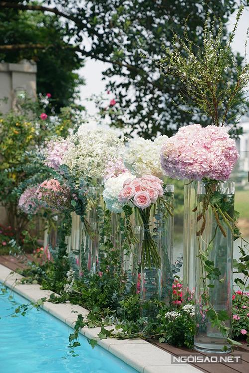 Bể bơi của căn nhà cũng được tô điểm bởi hoa nhập khẩu. Để giữ hoa không bị héo, ekip cắm trước các loại lá bụi, từ sớm, cònhoa được cắm khoảng khoảng 2-3 tiếng trước giờ làm lễ, xịt nướcđể giữ vẻ tươi mới cho hoa.