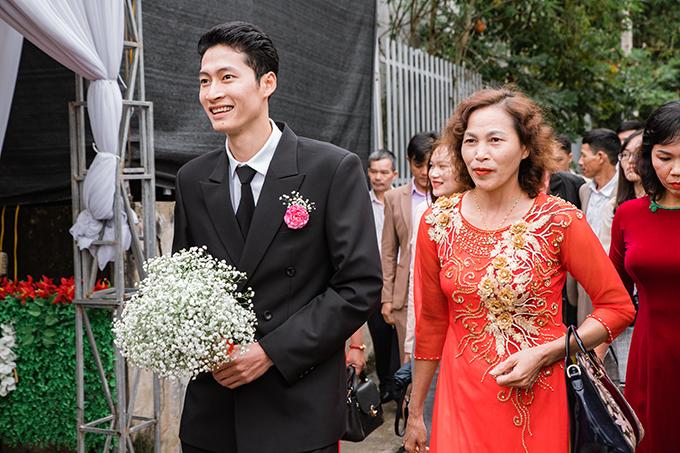 Lễ vu quy của uyên ương diễn ra theo phong tục cưới hỏi truyền thống miền Bắc. Cô dâu chú rể chọn hoa baby làm hoa cưới.