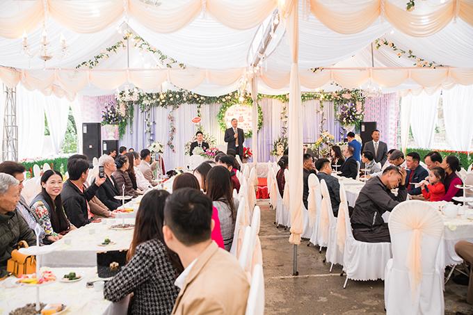 Toàn cảnh rạp cưới của cô dâu Minh Nguyệt tại Hà Nam mang tông màu trắng, cam nhạt và xanh lá dựa trên sở thích của tân nương.