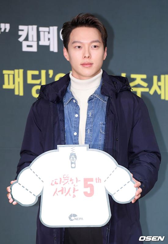 Góp mặt tại hoạt động cùng Jeon Ji Hyun chiều nay còn có tài tử Jang Ki Yong.