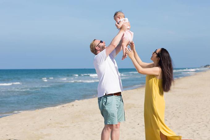 Ngô Phương Lan cùng ông xãLoz Whitaker và con gái.