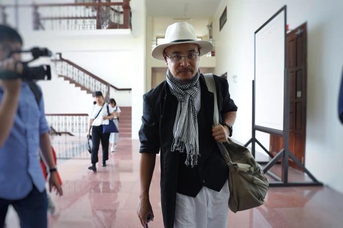 Ông Vũ mệt mỏi rời phòng xử sau khi phiên tòa tạm hoãn sáng 29/10. Ảnh: Hữu Khoa.