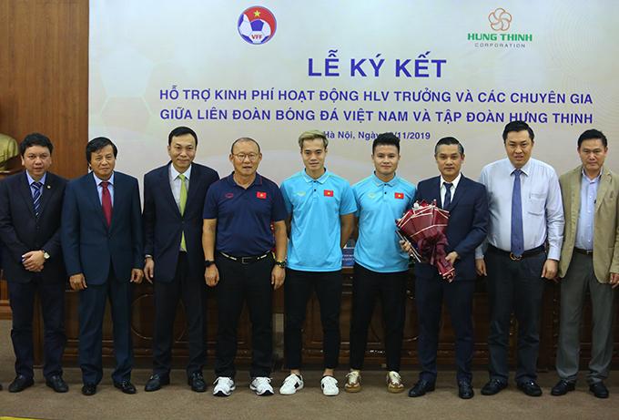 HLV Park Hang-seo cùng Văn Toàn, Quang Hải chụp ảnh với lãnh đạo VFF và đại diện nhà tài trợ trong lễ ký kết. Ảnh: Đương Phạm.