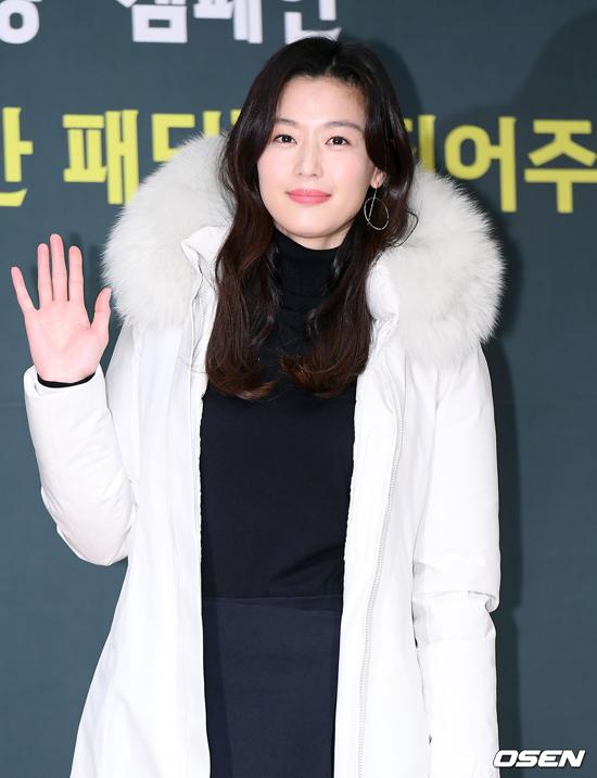Jeon Ji Hyun kín cổng cao tường khi xuất hiện tại sự kiện hôm 12/11, hoạt động do một thương hiệu tổ chức tại Sogong-dong, Jung-gu, Seoul. Đây là lần hiếm hoi ngôi sao Hàn lộ diện, cô nổi tiếng là ngôi sao sống kín tiếng và kén chọn các hoạt động của làng nghệ.