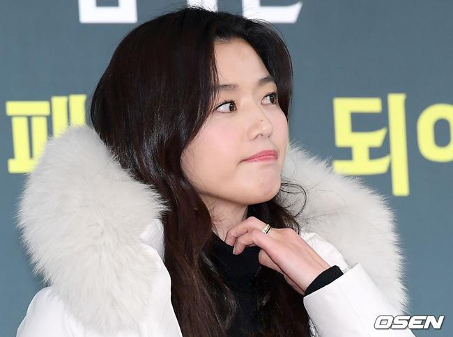 Jeon Ji Hyun cólàn da mượt mà. Nữ diễn viên gần đây xác nhận sẽ không tham gia dự án mới của đạo diễn Choi Dong Hoon, trái với tin đồn cô sẽ trở lại với màn ảnh trong 2020. Không đóng phim nhưng Jeon Ji Hyunhiện là gương mặt đại diện của nhiều thương hiệu lớn như mỹ phẩm, thời trang...