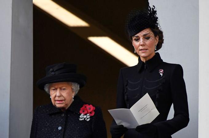 Nữ hoàng đứng cạnh Kate trên bên côngcủa tòa nhà Văn phòng Đối ngoại & Thịnh vượng chung hôm 10/11. Ảnh: