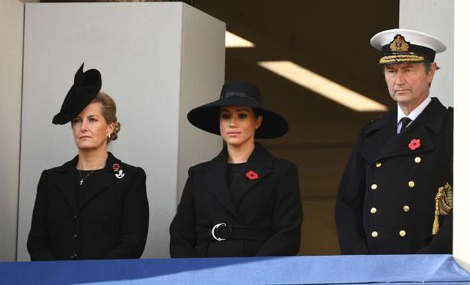 Meghan đứng giữa Nữ bá tước xứ Wessex và Phó đô đốcTimothy Laurence. Ảnh: