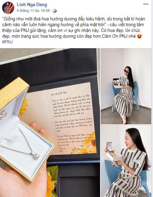 Linh Nga chụp ảnh cùng hộp quà PNJ Suncut lấy cảm hứng từ hoa hướng dương.