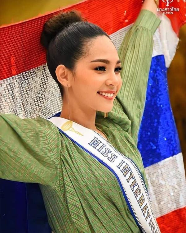Tinh thần lạc quan với nụ cười rạng rỡ thường trực trên môiluôn theo người đẹp Thái Lan trong suốt quá trình hơn 2 tuần dự thi tại Tokyo, Nhật Bản.