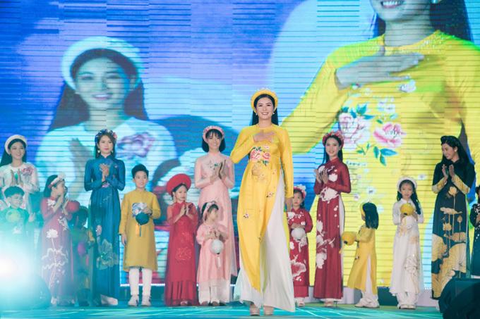 Khán giả còn được mãn nhãn với màn trình diễn bộ sưu tập áo dài của nhà thiết kế - Hoa hậu Ngọc Hân.