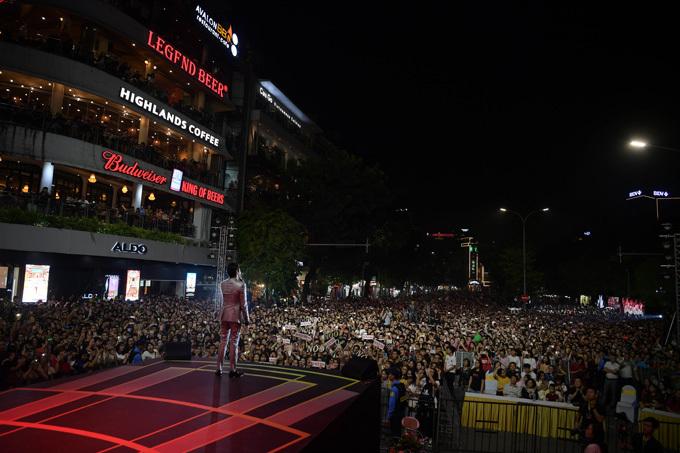 Rất đông khán giả tới thưởng thức chương trình ca nhạc.