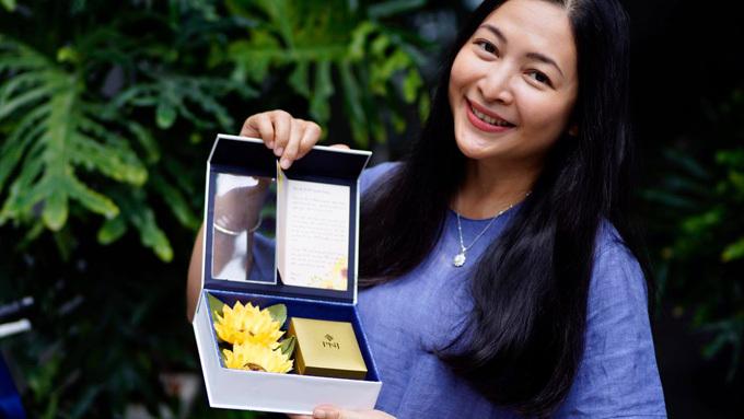 Quỳnh Hương chia sẻ hình ảnh hộp quà cũng như tấm thiệp với lời chúc thân thương.