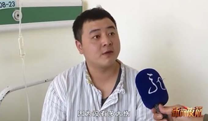 Zhang trả lời phóng viên sau ca phẫu thuật ở bệnh viện. Ảnh: Helongjiang TV.
