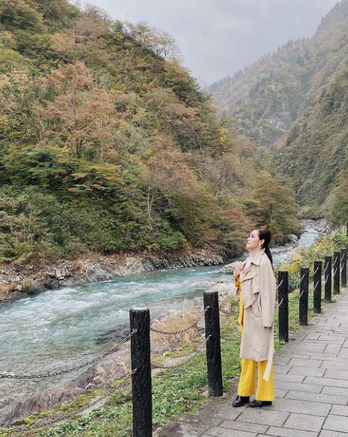 Nàng Á hậu phải trầm trồ trước vẻ đẹp hùng vĩ của thiên nhiên Nhật Bản:Kiyotsukyo, Niigata - a place should be on your travel bucket list (tạm dịch: Kiyotsukyo, Niigata - một nơi rất đáng được liệt vào danh sách điểm đến yêu thích).
