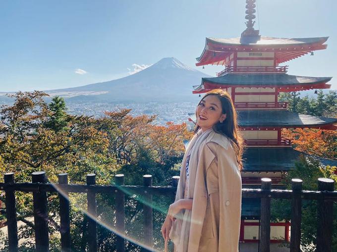 Đến Nhật Bản, hẳn du khách nào cũng muốn được chiêm ngưỡng núi Phú Sĩ - biểu tượng của quốc gia này. Tường San và các thi sinh được đặt chân tới ngôi đền nổi tiếng ở thành Fujiyoshida, tỉnh Yamanashi - một trong những vị trí lý tưởng nhất để chiêm ngưỡng ngọn núi hùng vĩ xa xa, với tiền cảnh là ngôi đền sơn đỏ truyền thống đặc trưng Nhật Bản. Tường San chia sẻ: We can see Fuji mtso clear! I've been waiting for this moment for a long time. Thanks all beauties for spending time with me. We had a lot of fun. (tạm dịch: Chúng tôi có thể nhìn thấy núi Phú Sĩ rất rõ. Tôi đã chờ đợi giây phút này rất lâu rồi. Cảm ơn tất cả các người đẹp đã chia sẻ khoảnh khắc vui vẻ này với tôi).