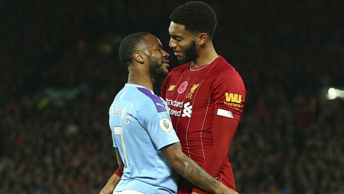 Gomez (phải) và Sterling va chạm trong trận Liverpool gặp Man City. Ảnh: PA