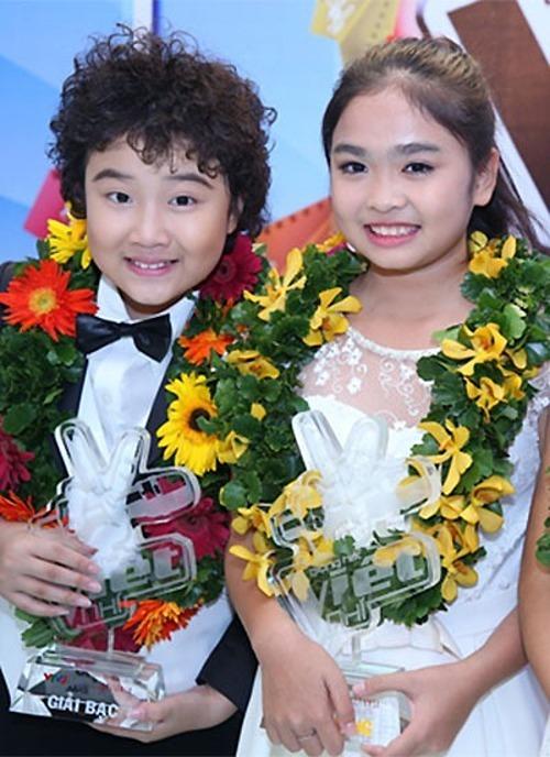 Thiện Nhân (phải) đăng quang Giọng hát Việt nhí năm 12 tuổi.