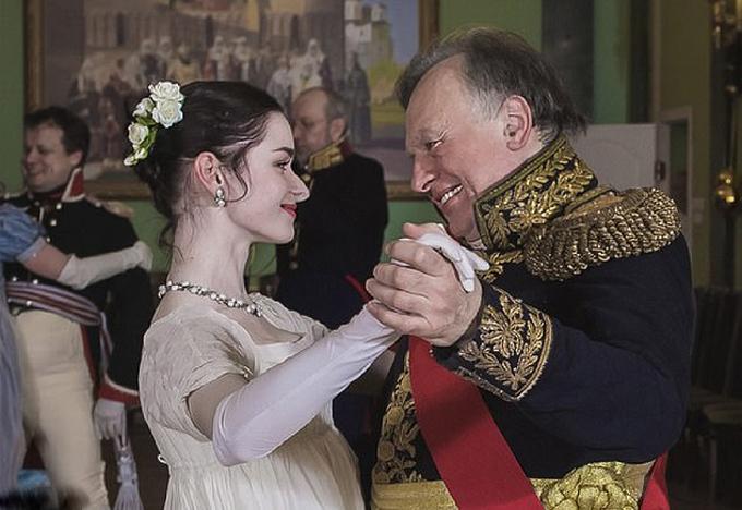 Nhà sử học Oleg Sokolov khiêu vũ cùng người tình, nữ sinh Anastasia Yeshenko. Ảnh: VK.com.