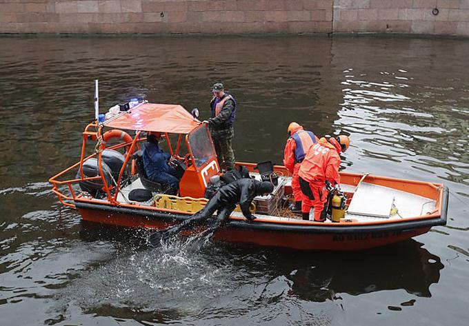 Các nhà điều tra thuê thợ lặn dưới sông Moyka để tìm những phần thi thể của Anastasia Yeschenko hôm 11/11. Ảnh: EPA.