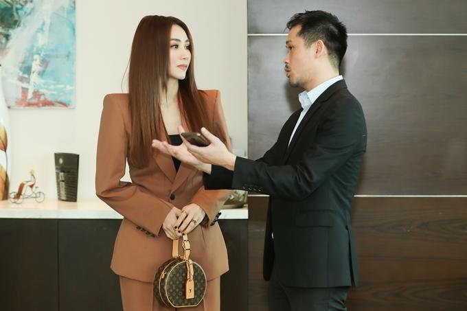 Sau kết hôn, Ngân Khánh sang Singapore du học về sản xuất phim. Với cô, đó vừa là ước mơ, vừa là quyết định khó khăn nhưng may mắn được ông xã hết lòng ủng hộ. Sống xa nhau, họ học cách yêu thương, chia sẻ nhiều hơn và thường xuyên bay qua lại giữa Việt Nam - Singapore