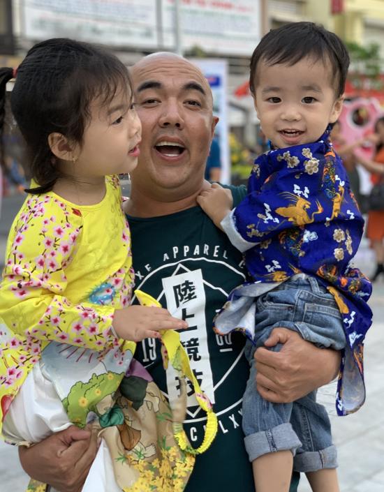 Con gái của Quốc Thuận hiện hơn 4 tuổi, tên ở nhà là Kẹo. Bé trai tên Ngọt gần 3 tuổi.