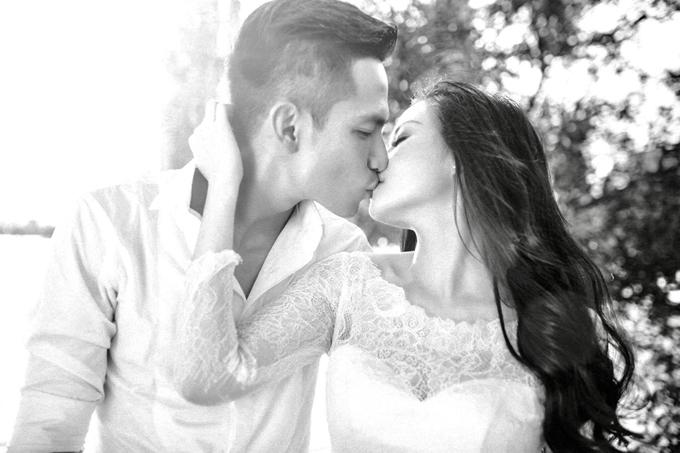 Uyên ương trao nhau nhiều nụ hôn ngọt ngào trong bộ ảnh cưới. Ban đầu người xem có thể thấy ảnh đen trắng hơi tẻ nhạt. Nhưng tôi nghĩ càng xem ảnh, bạn sẽ càng thấy hoài niệm và có nhiều cảm xúc, người đẹpbộc bạch.