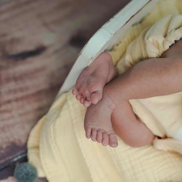 Hình ảnh đôi chân bé Finn lúc bé 10 ngày tuổi.