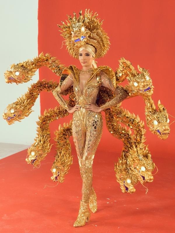 Mẫu Vùng đất chín rồng của thí sinh Hoàng Hữu Kha được đánh giá cao từ vòng dự thi online. Thiết kế sử dụng duy nhất gam màu vàng kim, có mô hình 9 con rồng tạo sự hoành tráng, qua đó nói lên nguồn gốc tên gọi Cửu Long Giang.