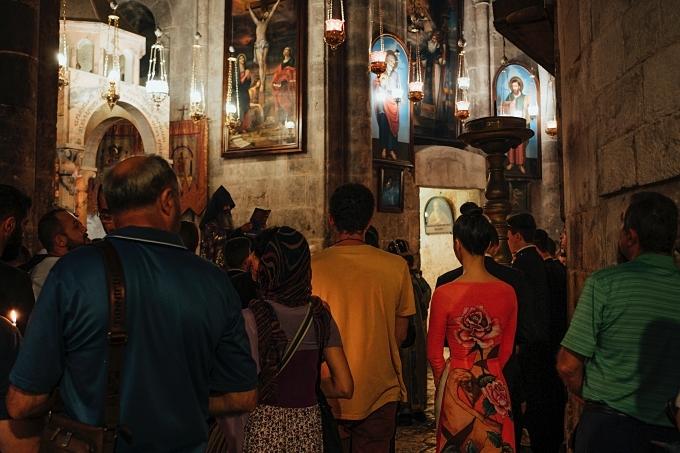 Thanh Mai hoà trong dòng người viếng thăm Nhà thờ Mộ Thánh, được xây bên trên mộ Chúa Jesus và là địa điểm linh thiêng có ý nghĩa quan trọng với những người theo Cơ Đốc giáo.