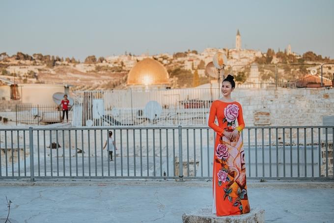 MC Thanh Mai diện áo dài của nhà thiết kế Sĩ Hoàng khi khám phá Israel. Đây làmột quốc gia tại Trung Đông, nổi tiếng với cácdi chỉ khảo cổ học,di tích lịch sử -kinh thánhvà địa lý độc đáo. Do đó, du lịch được xem là một trong những ngành quan trọng của kinh tế Israel.