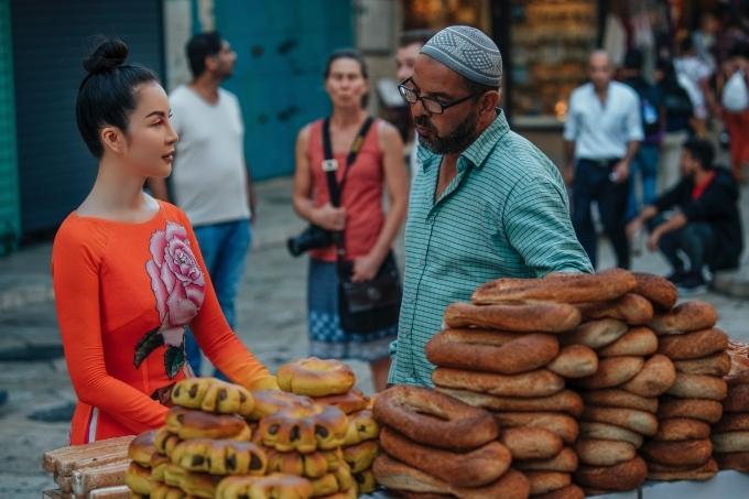 Thanh Mai trò chuyện với một người bán hàng về món bánh mì đặc trưng Jerusalem bagels và học cách nhúng bánh mì vào kem phô mai hay chấm dầu ô liu và zaatar - một loại nước chấm làm từ thảo mộc, mè và muối. Cựu MC Sức sống mới thấy văn hóa ẩm thực nơi đây rất đa dạng về mùi vị, cách chế biến, chuộng rau xanh, hoa quả theo mùa. Irasel nằm trong khu vực Địa Trung Hải nên nhiều hải sản, giàu gia vị như đa phần các món ăn châu Á.