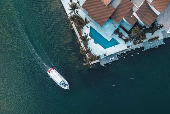 Một số triệu phú thậm chí có thể mua được cả du thuyền mà chỉ cần quẹt thẻ.