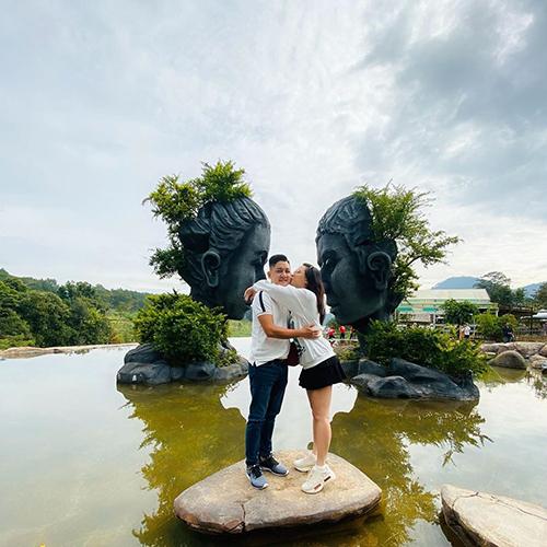 Vợ chồng Hải Băng - Thành Đạt tình tứ khi du lịch Đà Lạt.