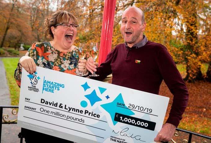 Cặp vợ chồng hạnh phúc và bất ngờkhi trúng giải thưởng triệu bảng Anh. Ảnh: Huw John.