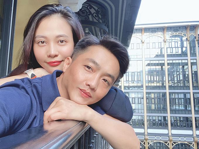 Vợ chồng Cường Đôla - Đàm Thu Trang tình tứ selfie khi có mặt tại Sapa.