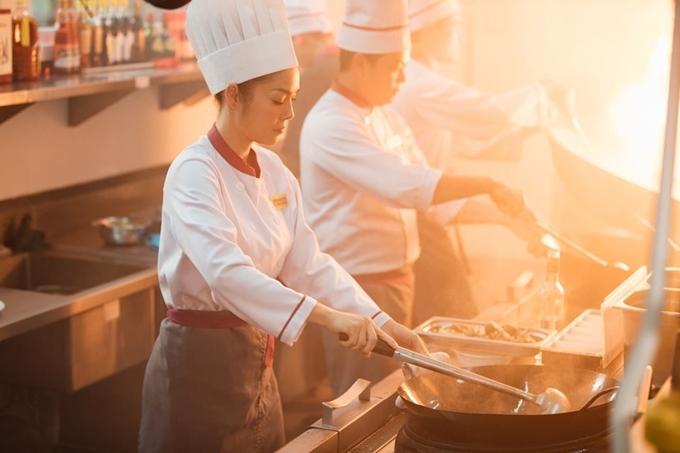 Dương Cẩm Lynh đóng vai đầu bếp.