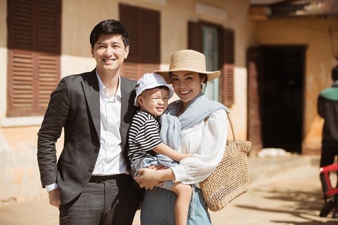Dương Cẩm Lynh bế con trai William bên bạn diễn Huỳnh Anh trên trường quay Tiệm ăn dì ghẻ.