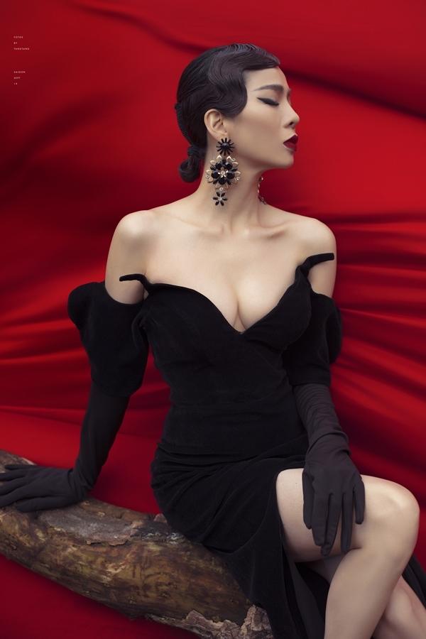 Chiếc váy nhung cúp ngực khoe trọn khuôn ngực đầy của Lệ Quyên. Cô chọn phong cách trang điểm, làm tóc cổ điển đồng điệu cho ngoại hình.