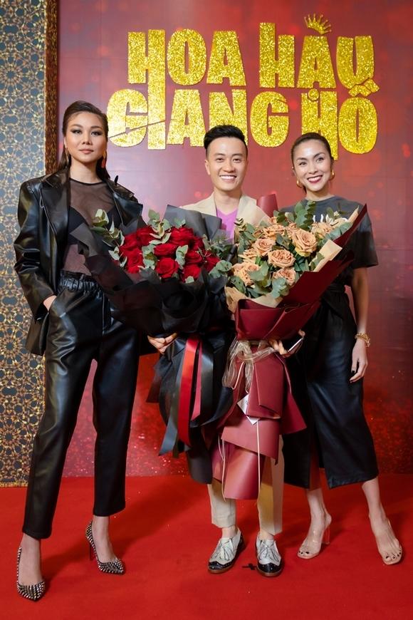 Siêu mẫu Thanh Hằng (trái) và diễn viên Tăng Thanh Hà mang bó hoa lớn tới chúc mừng người bạn thân lần đầu làm đạo diễn.