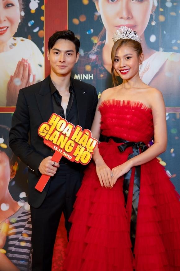 Vợ chồng Jay Quân - Chúng Huyền Thanh chạy show sự kiện. Họ đến xem phim sau khi dự họp báo giới thiệu phim Lật mặt: 48h có Jay Quân tham gia diễn xuất.