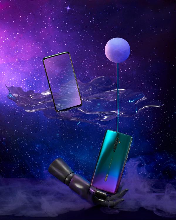 Công nghệ thiết kế balớp ứng dụng trên Reno2 F giúp chiếc smartphone trôngbóng bẩy, thể hiện nhiều sắc độ từ các góc nhìn khác nhau. Cùng là màu chuyển từ tím sang xanh, tuy nhiên Reno2 F đã đưa hiệu ứng này lên một tầm cao mới. Dưới ánh sáng, OppoReno2 F tóa sángvới các tia màu lấp lánhtừ góc trái.
